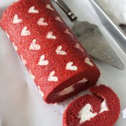 Don't miss out! Make this Red Velvet Roll cake in a whim. With free pattern to print and step by step guide to make this delicious impressive cake.