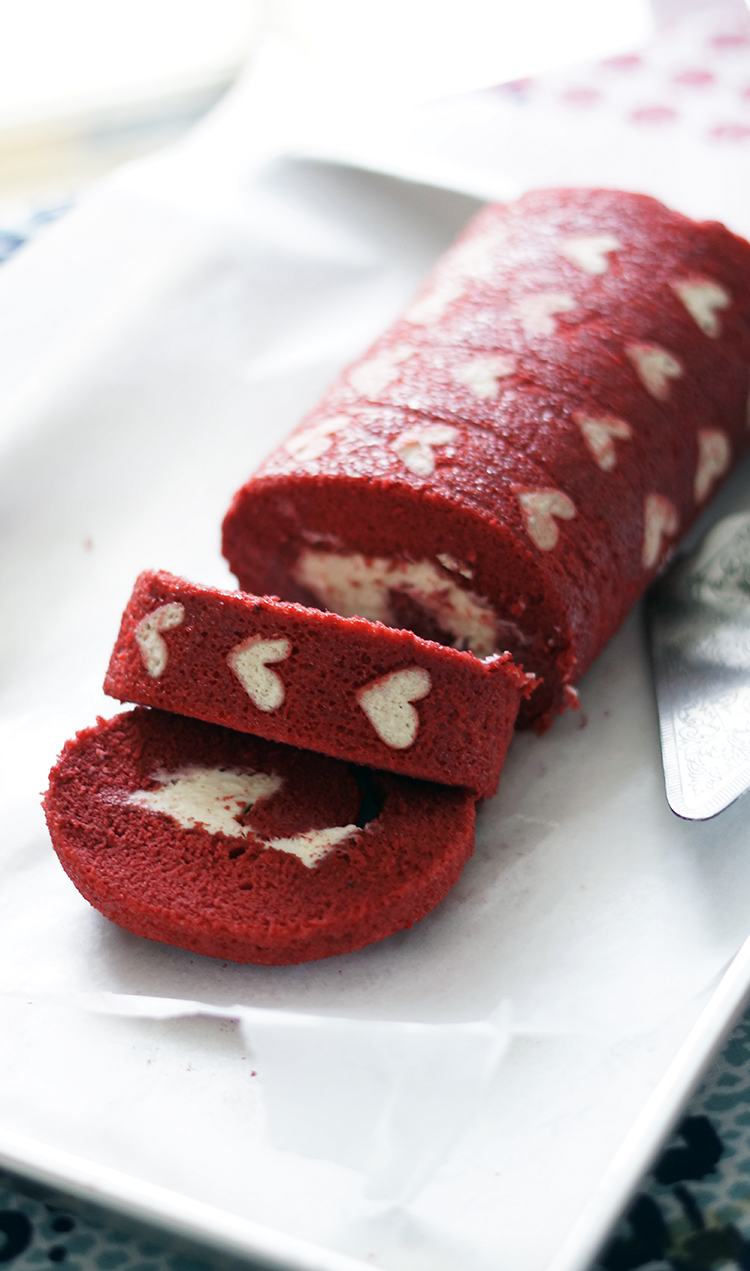 RED VELVET CAKE: Don't miss out! Make this Red Velvet Roll cake in a whim. With free pattern to print and step by step guide to make this delicious impressive cake.