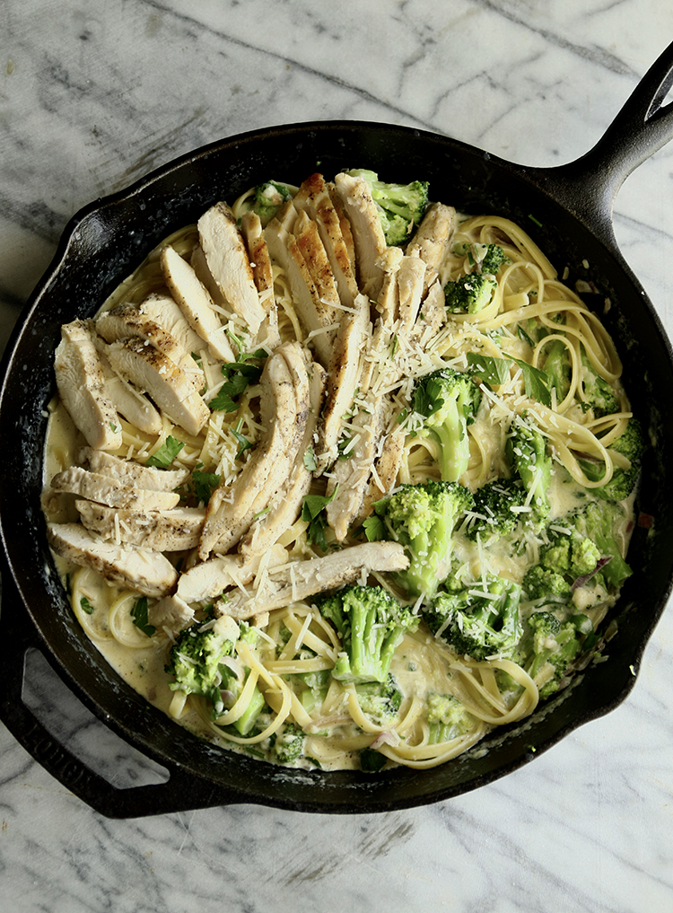 This ONE POT CHICKEN ALFREDO is creamy, flavorful, simple to make meal with less the mess. It uses less ingredient and a nice change of pace from the usual pasta sauce.