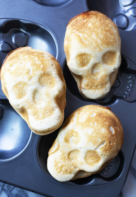 This Halloween Skull pizza made it to the top pinned post in my Pinterest account. It's simple to make, and fun activity for the kids, and the outcome is a delicious hand pizza which will be perfect for Halloween snacks or dinner.