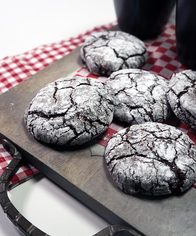 If you love your CHOCOLATE CRINKLES COOKIES fudgy, chewy and soft, this will be the recipe you need. This recipe is really easy and the ingredients simple to find. Each calorie is worth it.